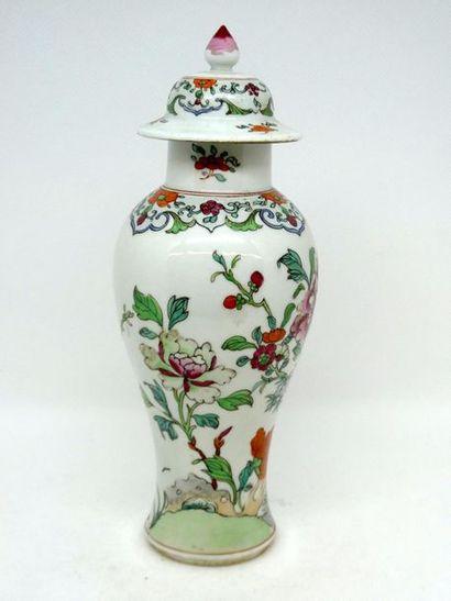 CHINE    Vase balustre couvert en porcelaine...