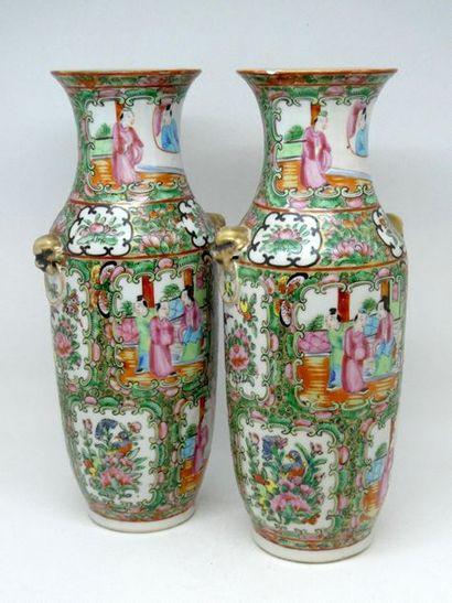 CHINE    Paire de vases en porcelaine polychrome...