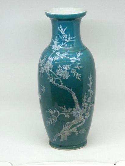 CHINE    Vase en porcelaine émaillée verte...