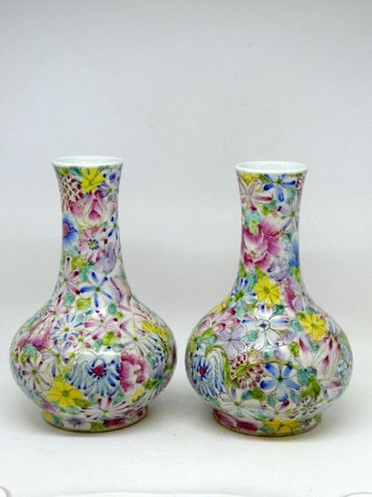 CHINE    Paire de vase à long col en porcelaine...