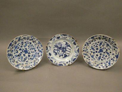 CHINE    Assiette en porcelaine à décor...