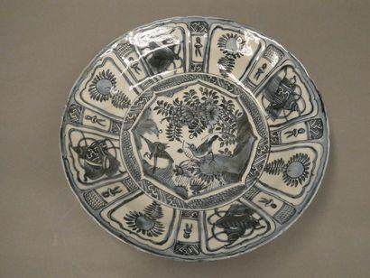 CHINE    Grand coupe en porcelaine à décor...