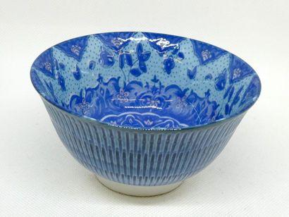 CHINE    Bol en porcelaine bleue à décor...