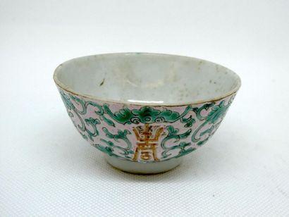 CHINE    Sorbet en porcelaine à décor de...