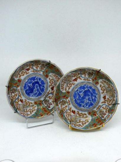 CHINE    Paire de petites coupes en porcelaine....