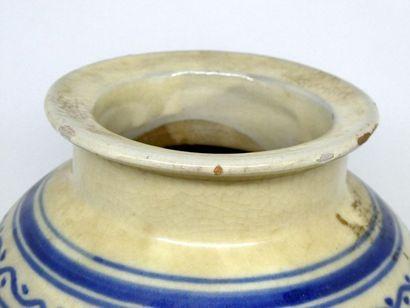 Vase en porcelaine à décor en bleu et blanc de frises de fleurs et d'oiseaux.  ...