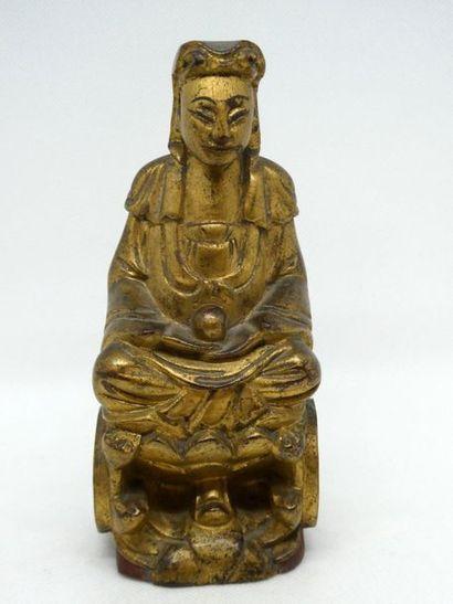 CHINE    Sujet en bois doré figurant une...