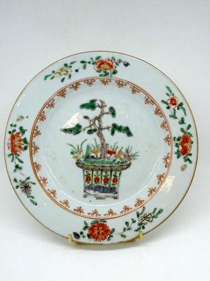 CHINE, XVIIIè siècle    Assiette en porcelaine...