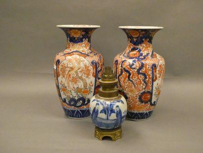 CHINE    Paire de vases à décor Imari.  ...