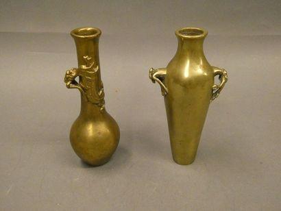 Deux soliflores en bronze à décor de dragons...