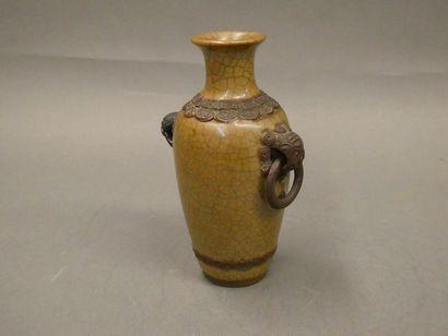CHINE    Vase en faience craquelée.    (accident...
