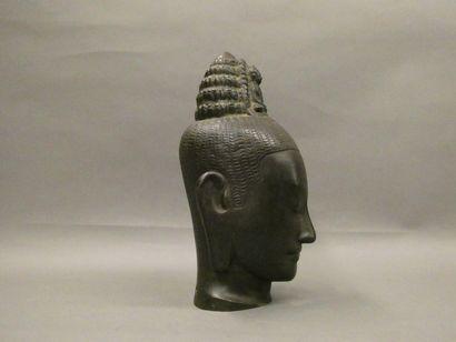 Importante tête de divinité en métal.    Dim. : 36 x 18,5 x 13 cm