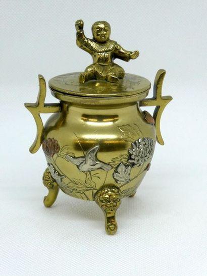 Petit pot couvert tripode en bronze doré...