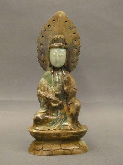 CHINE    Bouddha assis en jade.    H. : 31...
