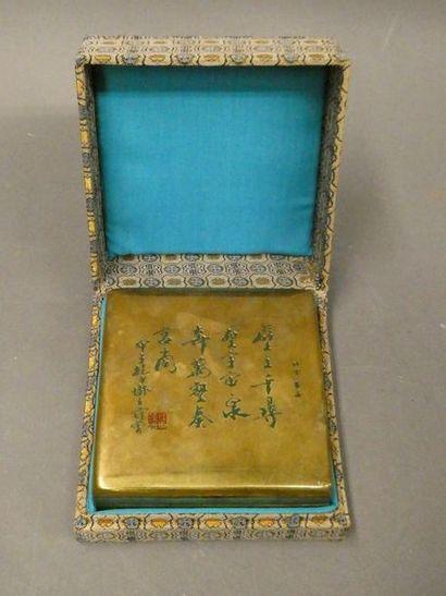 CHINE    Encrier en bronze doré à décor d'idéogrammes...