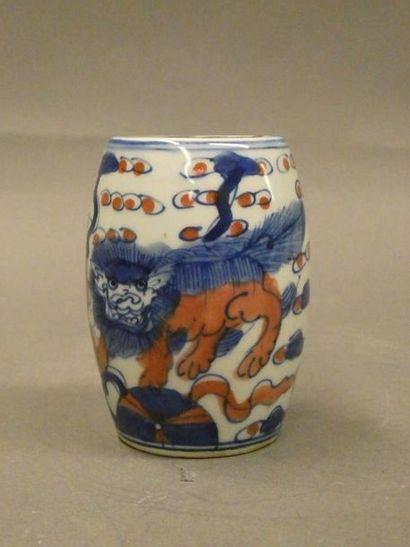 CHINE    Encrier en porcelaine à motif de...