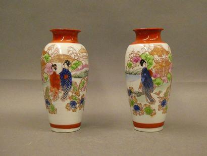 CHINE    Paires de petits vases balustre...