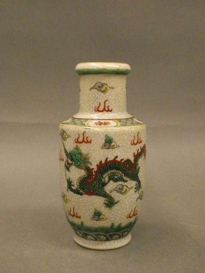 CHINE    Petit vase balustre décoré en émaux...