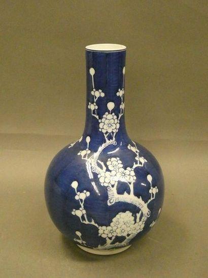 CHINE    Vase en porcelaine à décor à décor...