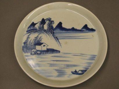 CHINE    Assiette en porcelaine bleue et...