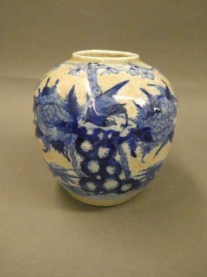 Vase boule en porcelaine blanc bleu. Chine...