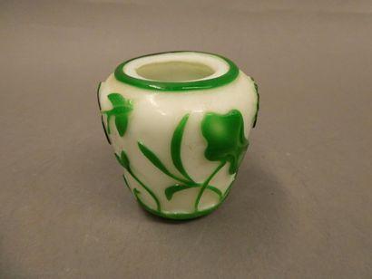 CHINE    Petit vase en verre de Pékin, à...