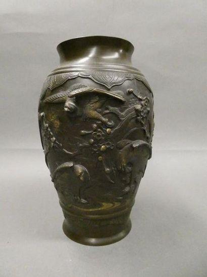 JAPON    Vase en bronze à patine brune et...
