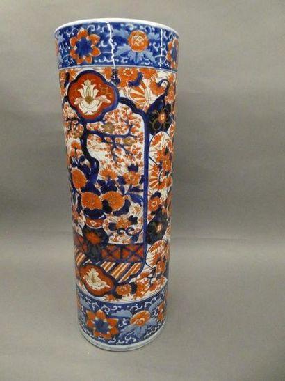 JAPON    Important vase en porcelaine à décor...