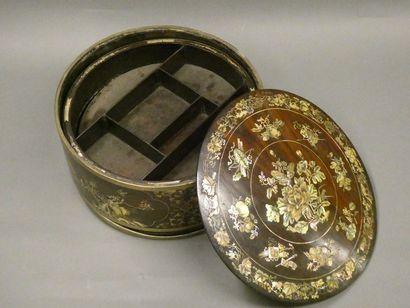 CHINE    Boite à thé en bois et incrustations de nacre à décor de motifs floraux...