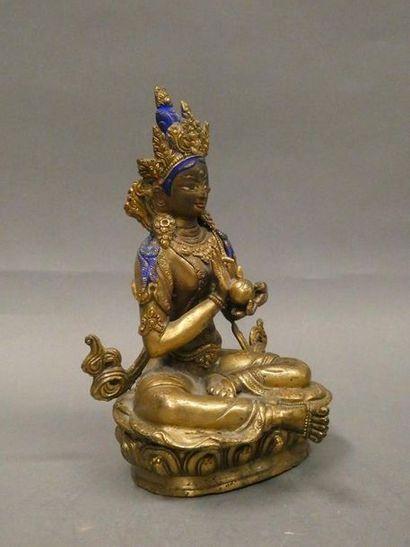 Asie du Sud Est    Divinité en bronze doré et rehauts de couleur.    Dim. : 20,5...