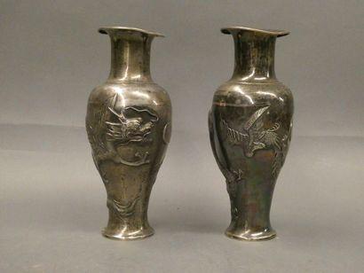 JAPON    Paire de petits vases en argent à décor de dragons en relief.    H. : 19cm...