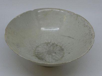 CHINE    Bol en porcelaine bleue et blanche.    H. : 8 ; Diam. : 20 cm