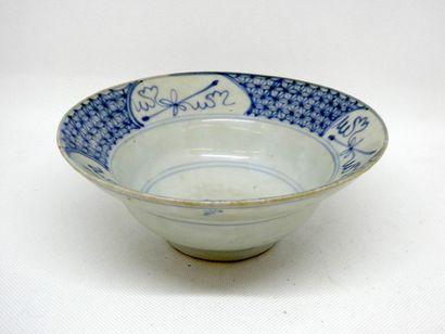 CHINE    Bol en porcelaine bleu blanc à décor stylisé.    H. : 7 cm . ; Diam. 17,5...