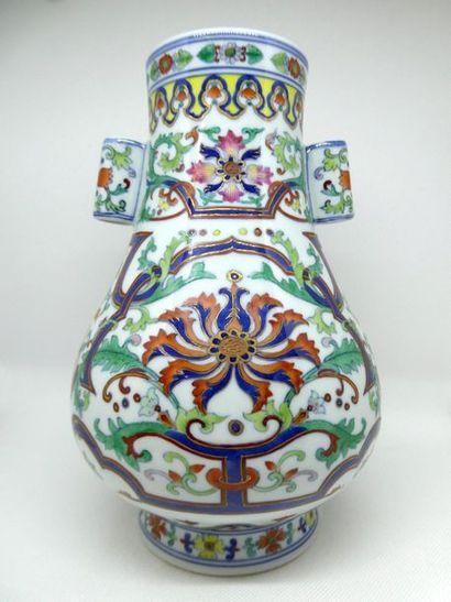 CHINE    Vase en porcelaine polychrome à...