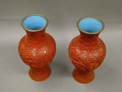 CHINE    Paire de vases en laque rouge.    H. : 26 cm