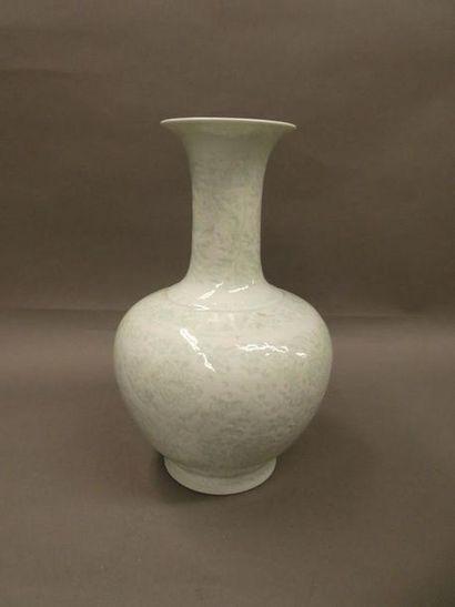 CHINE    Vase blanc en porcelaine émaillé et décor en ombre.    H. : 35 cm