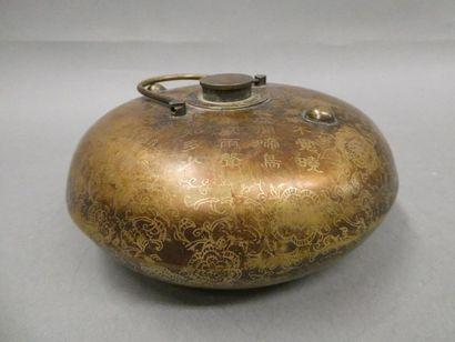 INDOCHINE Boite ronde en métal à décor d'idéogrammes et de fleurs.    Extrème Orient....