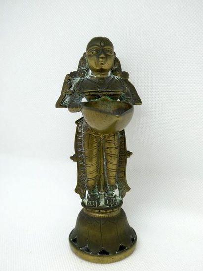 Petite statuette en bronze figurant une déesse.    H. : 16 cm
