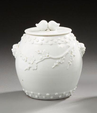 CHINE    Pot couvert en porcelaine de forme...