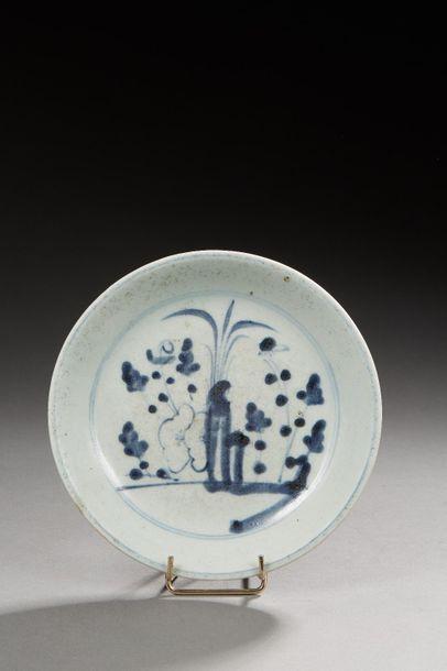 CHINE    Petite assiette en porcelaine émaillé...