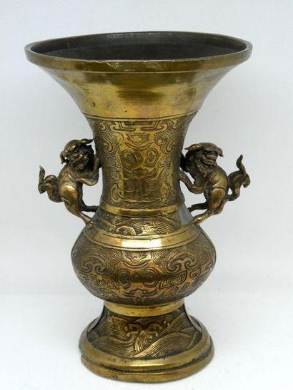 CHINE    Vase en cuivre à décor incisé ,...