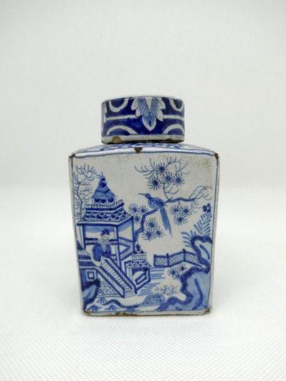 CHINE    Boite à thé en FAIENCE bleu et blanc...