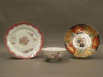 Deux assiettes et un bol en porcelaine émaillé...