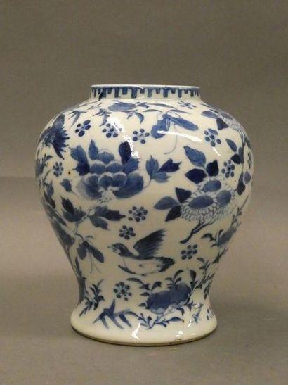 CHINE    Vase en porcelaine à décor bleu...