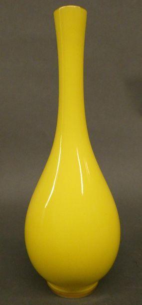 CHINE - Epoque Moderne    Petit vase en porcelaine...
