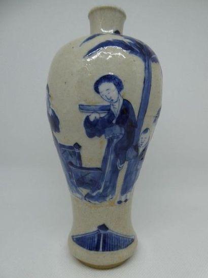 Vase en porcelaine craquelée à décor de personnages....