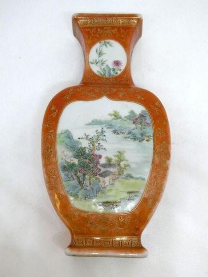 CHINE    Vase d'applique en porcelaine à...