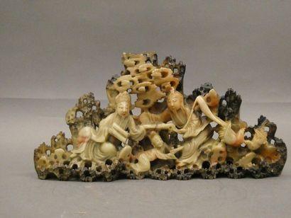 Groupe sculpté en pierre de lave.    Dim....