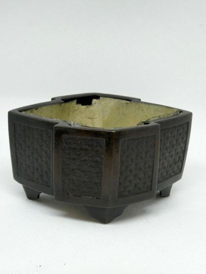JAPON    Petit brule parfum en bronze.  ...