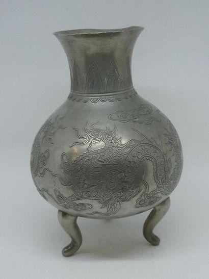 CHINE    Vase tripode en étain gravé de dragons....